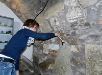 Sylvias Heinrich reinigt den Dinofußabdruck in der Mineraliensammlung