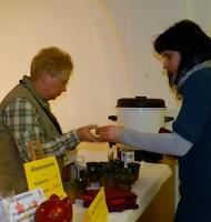 Karin Enke serviert Klosterpunsch