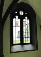 Fenster im Kreuzgang mit vielen kleinen Einzelscheiben