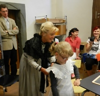 Nachdem die neuen Schiefertafeln ausgegeben waren, erklärte Claudia Streitberger die historische Schulkleidung