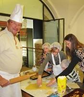 Bernd Lochner als Weihnachtsbäcker mit seinen Helfern