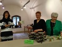 Drei Damen am Verkaufsstand für Saalfelder Bier und Trüffel mit Jubiläumsetiketten