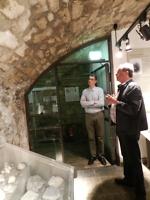 Bernd Lochner erläutert Dr. Dirk Henning den Stand der Versiegelungsarbeiten